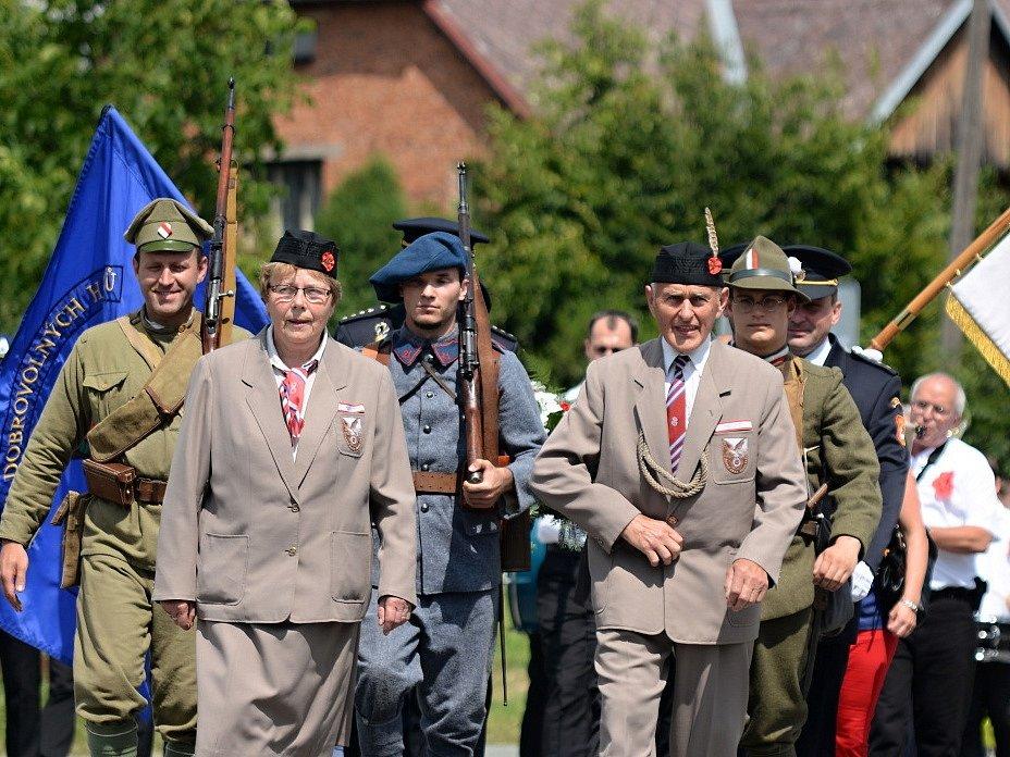 VĚRNÝ SOKOLU. Ladislav Hlavatý ve slavnostním sokolském kroji (uprostřed), který si vlastnoručně ušil.
