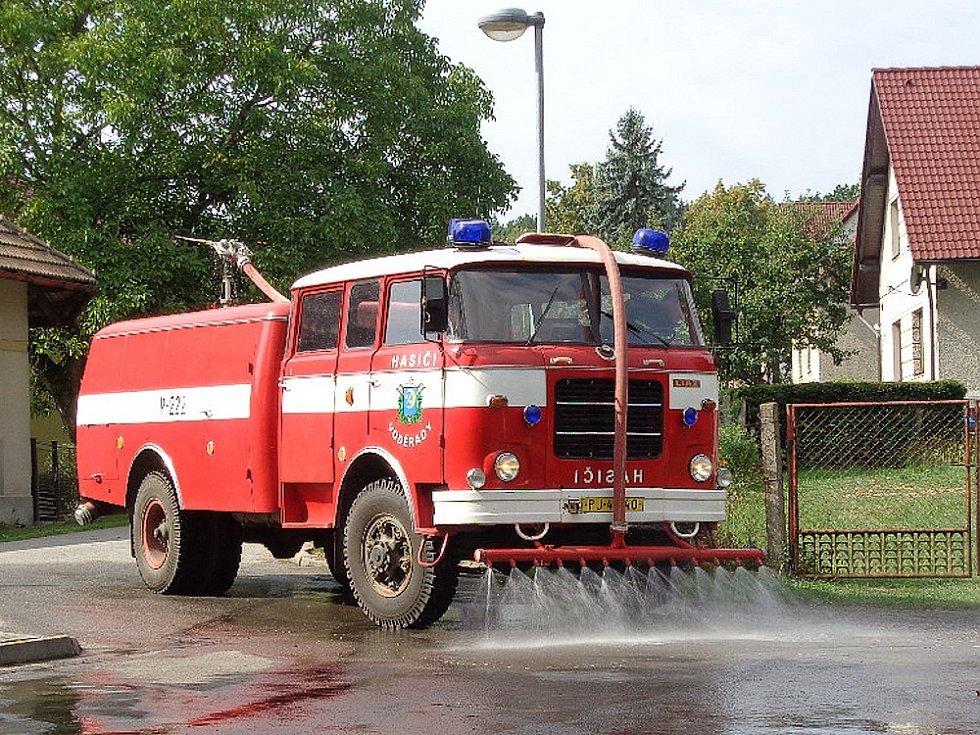 Voděradské hasičké vozidlo při pomoci v obci - čištění kominikace.