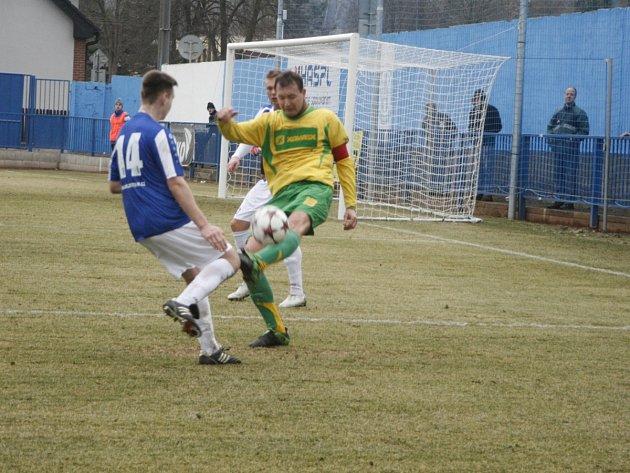 KAPITÁN týnišťských fotbalistů Martin Michal (vpravo) odvrací míč před jedním z hráčů Náchoda.