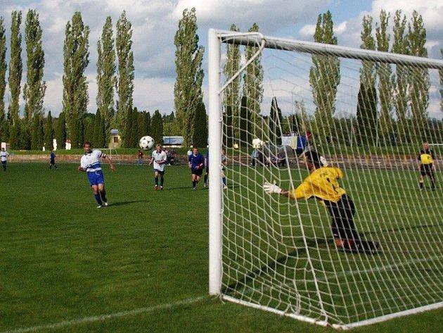 Penaltu na 2:0 proměňuje dobrušský kapitán Roman Doubek.
