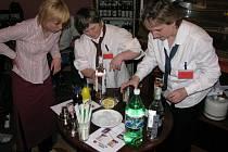 Obsluha v rychnovské kavárně Láry-Fáry umí namíchat výborné koktejly.