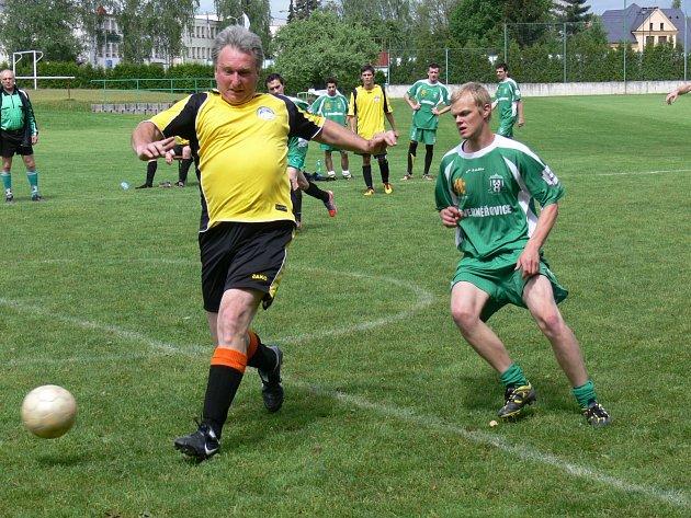 DOMÁCÍ PROSTŘEDÍ hráčům FCS Dobruška svědčilo. Na zisku čtyř  bodů se podílel i zkušený Ivan Koláčný (vlevo).