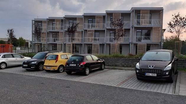 """V Dobrušce se po letech staví """"ostošest"""". Dokončeny tu byly městské byty."""