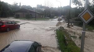 Voda začala téct stropem do supermarketu Albert v Litomyšli