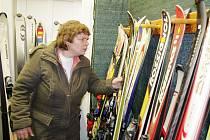 Pokud nemusíte mít poslední model a nejlepší značku, určitě si vyberete v některém z bazarů ve svitavském okrese. Za rozumnou cenu nakoupíte kvalitní lyže i ostatní vybavení.