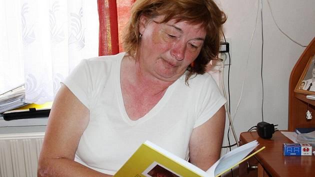 Ředitelka Mateřské školy U dvou sluníček píše básně. Manžel nedávno nechal vydat její první sbírku. Otevřená a osobní kniha je věnovaná vyznáním všem, která Ludmila Lujková miluje.