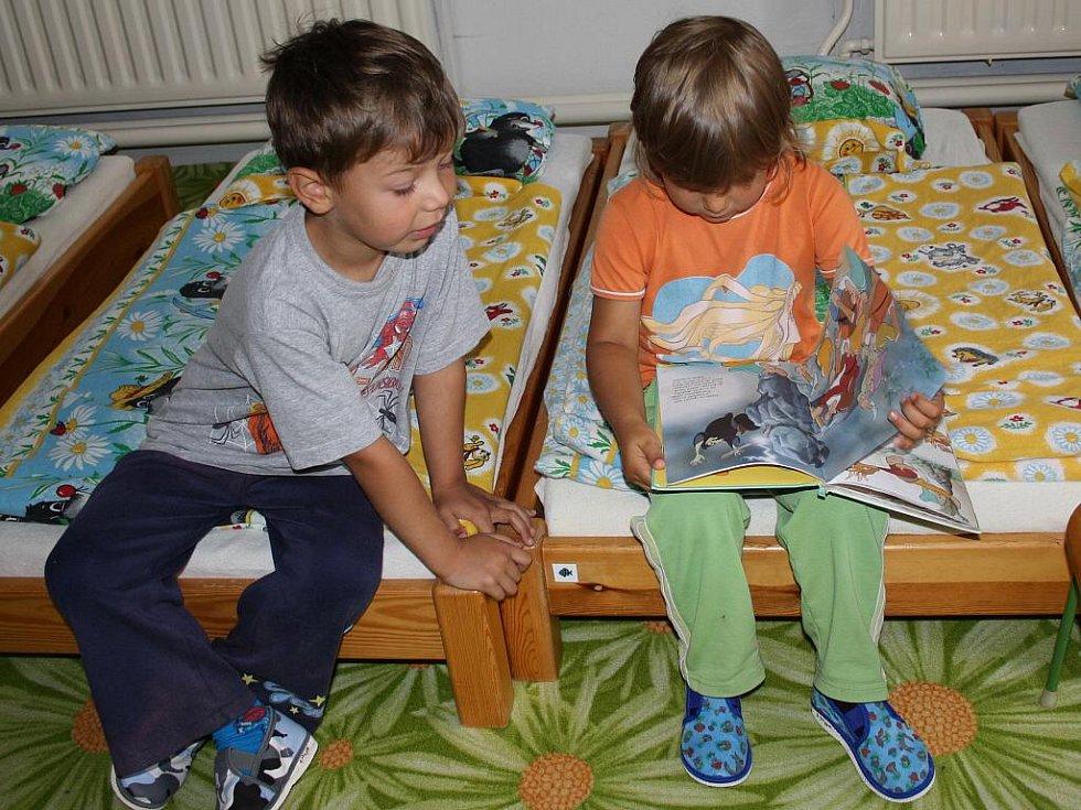 Děti jsou podle Ludmily Lujkové sluníčkem, které svítí. Píše pro ně pohádky a s manželem skládá písničky.