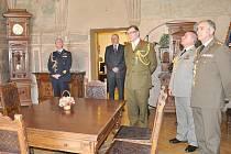 Renesanční malby v pracovně starosty  si při nedávné  návštěvě prohlédli  i vojáci  z několika zemí.