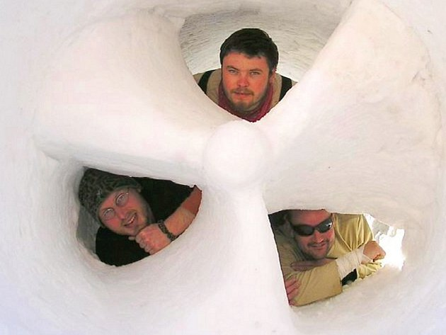 VÍTĚZOVÉ. Jan Fedorčák, Jakub Ďoubal a Petr Koudelka přivezli z mezinárodní soutěže v sochání ze sněhu zlato. Stali se čestnými hosty festivalu pro příští rok.