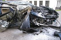 Velké štěstí měl řidič, který narazil do stromu.