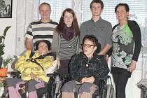 Petra a Renáta Štanclovy žijí se svým hendikepem osmnáct let. Děvčatům pomáhá celá rodina.