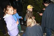 PO STOPÁCH netopýra se vydaly děti spolu se svými rodiči na konci prázdnin v parku Jana Palacha ve Svitavách. Všichni plnili úkoly a možná se trochu i báli.