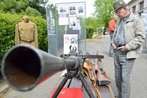Nejen dobovými dokumenty, ale i zbraněmi a výstrojí  si připomněli lidé u sokolovny v Litomyšli  památku těch, kteří padli během druhé světové války.
