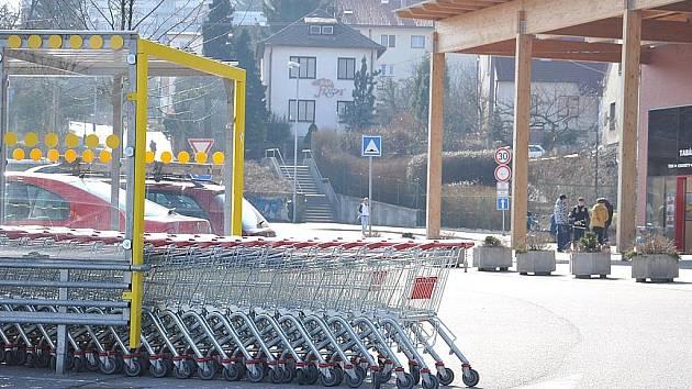Vozíky  lidé u supermarketu v Litomyšli rovnají klidně až do silnice a vůbec jim to nevadí.