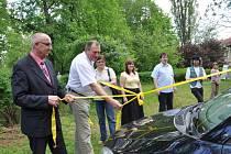 Nové auto pro charitu bylo převázané velkou žlutou mašlí. Rozvázal ji poslanec Václav Neubauer, který sbírku inicioval, a také starosta Třebové Miloš Izák.