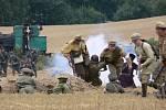 Plameny z hořící slámy zahalili vojáky i návštěvníky bitvy v Mladějově
