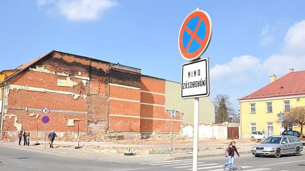 Plac, kde stál hotel Morava, je i po roce od požáru  prázdný.  Ilustrační fotografie.