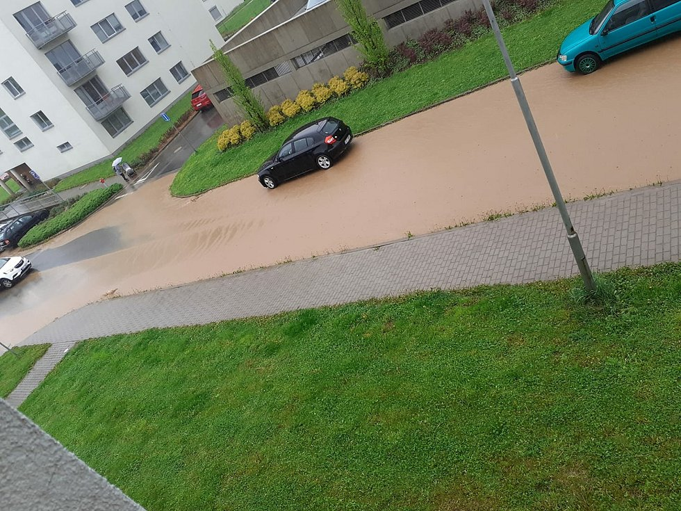 Déšť v Litomyšli spláchl hlínu z pole.