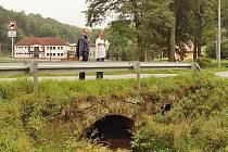 Tady by mohal být potíž. Starosta obce Radek Boštík ukazuje hejtmanovi Netolickému problematický mostek.