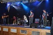 BENEFIČNÍ KONCERT uspořádaly v pátek v Divadelním klubu v Poličce mateřské centrum Matami, Divadelní spolek Tyl a Společnost DUHA. Tradiční akce se konala popáté. Na pódiu se vystřídaly kapely WxP, INST 60 a Třetí zuby, které zahrály početnému publiku, al