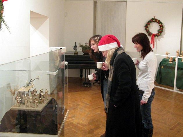 Sto padesát návštěvníků vyměnilo v pondělí teplo rodinného krbu za výlet do muzea.