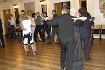 Pokračovací kurzy tanečních lekcí nejsou doménou pouze středoškoláků. S chutí si přijdou zatančit, oprášit krokové variace a naučit se něco nového i dospělí. V Litomyšli se nyní v tanci zdokonaluje asi dvacet pět párů tanečníků.