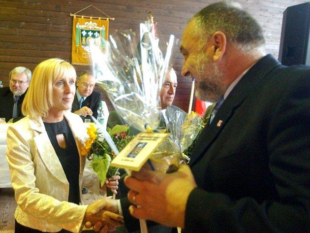 Nejhezčí v Pardubickém kraji. Zatímco vloni převzala starostka Morašic Hana Štěpánová z rukou radního Petra Šilara ocenění Objev roku, letos se svou vesnicí v soutěži zvítězila.