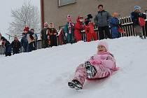 Děti z mateřské školy ve Vendolí si užívají sníh.