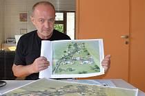 Karel Rotschein ukazuje plány výstavby.