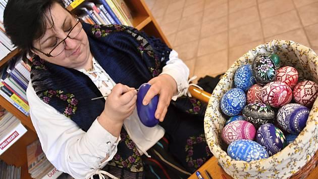 Šárka Vávrová z Jaroměřic u Jevíčka zdobí kraslice vyškrabáváním. Techniku se naučila před více než 30 lety od malířky z Moravy. Osm let je výjimečná žena Malířkou umělecké lidové tvorby. Na letošní Velikonoce nazdobila 200 vajíček. Některá se prodávají i