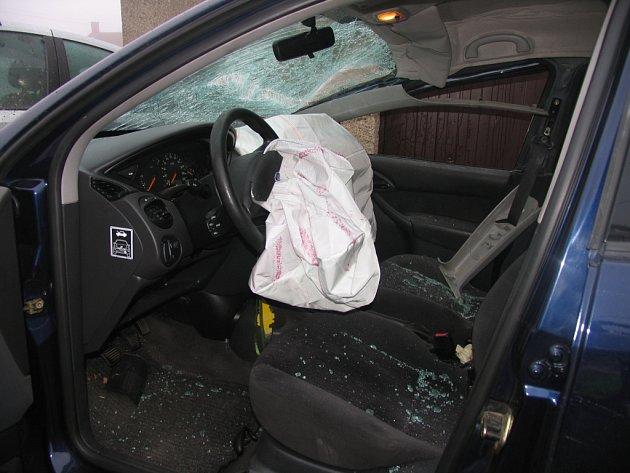 Řidič vozu Ford Focus zaspal,  sjel mimo vozovku a proletěl oplocením u rodinného domu