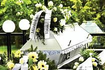 DESETITISÍCE musí pozůstalí zaplatit za pohřeb s obřadem. Bez obřadu se cena sníží na devět až jedenáct tisíc.