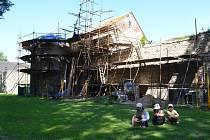 Poličské hradby. Součástí hradebního opevnění v Poličce jsou i bašty. U Synského rybníka město opravuje jednu z nich.