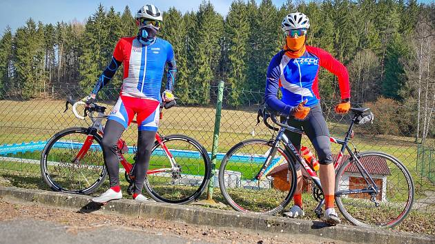 Litomyšlští triatlonisté vyjeli k cyklistickému tréninku každý sám. Sjeli se alespoň k fotografii.
