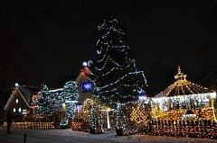 TISÍCE ŽÁROVEK na domě i na zahradě. Václav Trunec se počtem žárovek blíží k číslu 50 tisíc. Kdo ví, jestli ho překročí o dalších Vánocích. Každopádně drží český rekord.