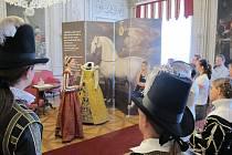 Výstava Vivat Grácie na zámku v Litomyšli s příběhy oděvů