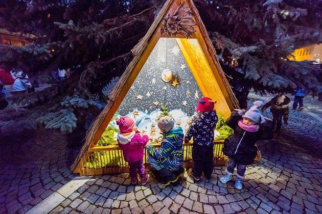 ROZSVĚCENÍ stromečku v Jevíčku předcházel pestrý program. Samozřejmostí bylo zapálení adventní svíce. Děti psaly Ježíškovi a zaujaly je i jesličky.
