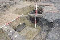 Středověký objekt který archeologové odkryli ve Starém Městě, obsahoval keramiku i dřevěný sud