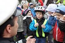 Dopravní policie v mateřské škole ve Svitavách předvedla svoji techniku.