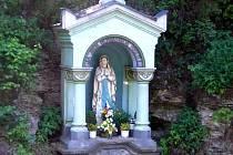 """Místní část Cikov má """"fialový pramen"""" s upraveným rybníčkem a sochou Panny Marie."""