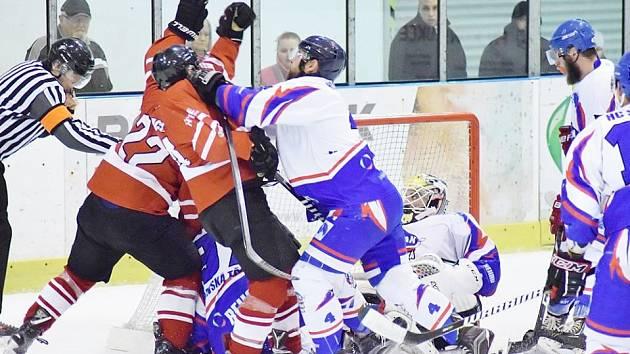 Finálovou sérii měli chrudimští hokejisté (v červeném) rozjetou parádně. Jestli by ji dotáhli ke třetímu vítězství, neboť by Slovan ještě dokázal zabrat, to se bohužel nikdy nikdo nedozví.