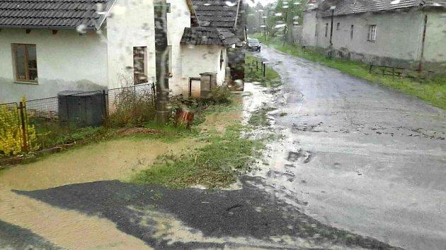 Proudy vody, nánosy bahna. Tak vypadaly některé obce na Svitavsku a Orlickoústecku po nedělní bouřce.