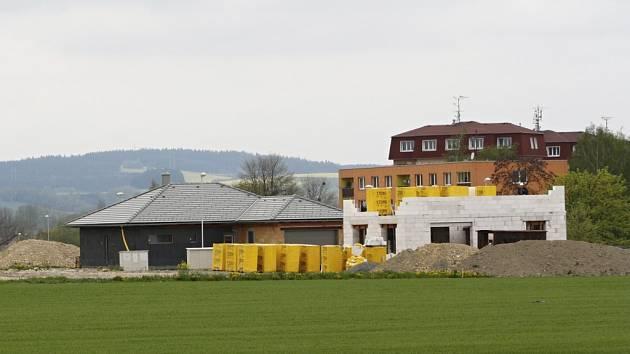 LOKALITA BEZRUČOVA. V minulých měsících se dělaly inženýrské sítě, dnes už tu rostou rodinné domy. Vedle nich budou dvě moderní bytovky.