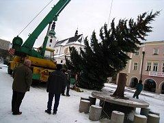 Technici instalovali na náměstí ve Svitavách vánoční strom