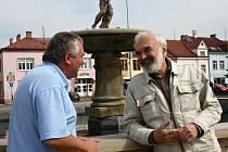 Povídání se Zdeňkem Svěrákem a starostou Jevíčka Romanem Müllerem je plné smíchu a vzpomínek na společné zážitky, v jejichž vyprávění se oba svorně doplňují.