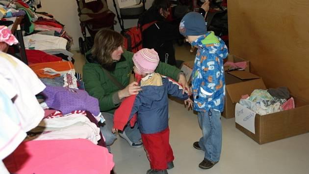 Třetí dobročinný bazárek pro rodiny s dětmi nabídl velké množství nového i použitého zboží.
