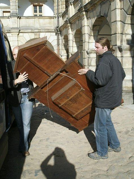 Exponáty z moravskotřebovského muzea odváželi pracovníci do Olomouce.
