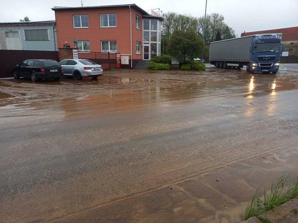 Velká voda zalila i silnici u Vertexu v Litomyšli.