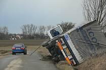 Převrácený kamion vezl 40 tun papíru.