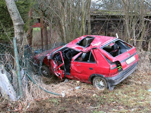 Řidič skončil se svým vozem  v zahrádkářské kolonii.